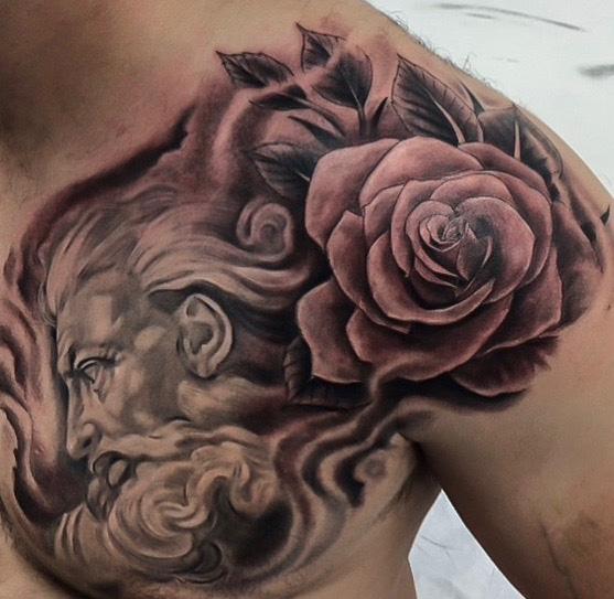 Tatuaggio Spalla Petto Fiore Dio di Richard Vega Tattoos