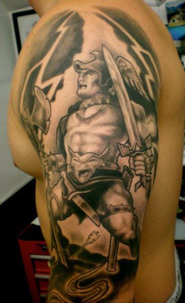 Tatuaggio Spalla Fantasy Guerriero di Richard Vega Tattoos