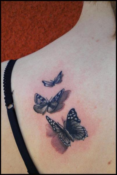 tatouage Épaule réaliste papillon par divinity tattoo