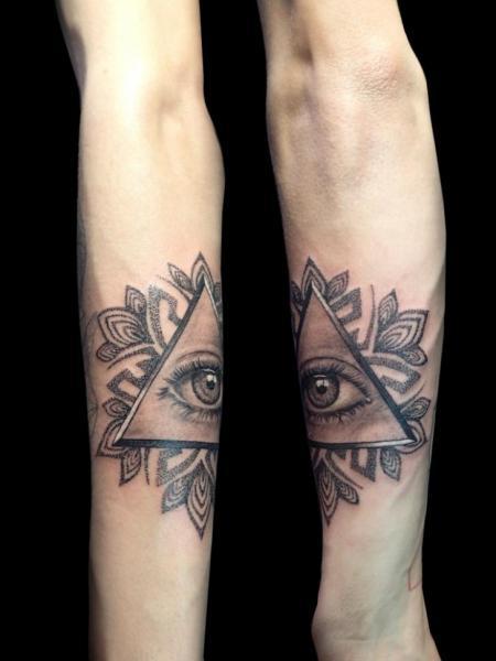Tatuaje Brazo Ojo Dios Dotwork Triángulo por Bloody Blue Tattoo