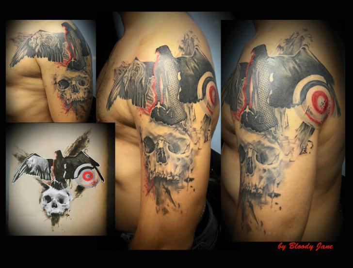 Tatuaggio Spalla Braccio Corvo Trash Polka Bersaglio di Bloody Blue Tattoo