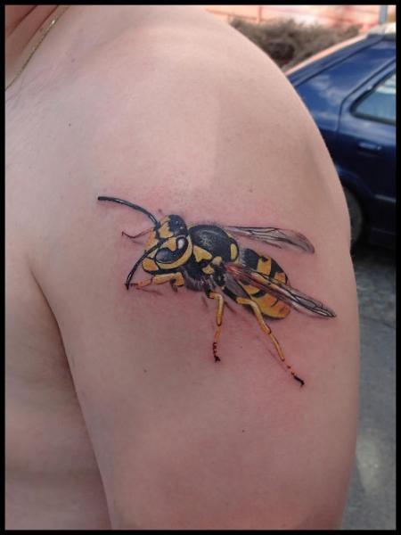 Schulter Realistische Biene 3d Tattoo von Bloody Blue Tattoo