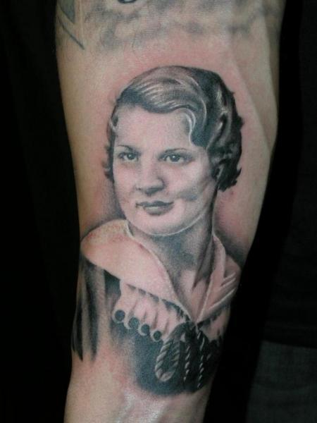 Tatuaggio Braccio Ritratti Realistici di Hidden Hand Tattoo
