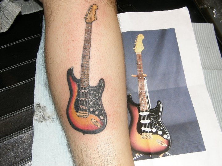 Arm Realistische Gitarre Tattoo von House of Ink