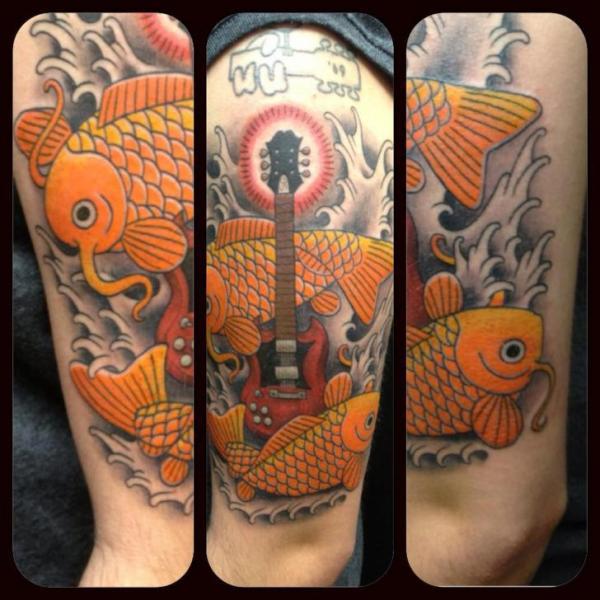 Tatuaje Brazo Carpa Guitarra por Indipendent Tattoo