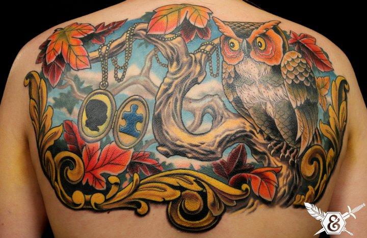 Rücken Eulen Baum Medallion Tattoo von Ink and Dagger Tattoo