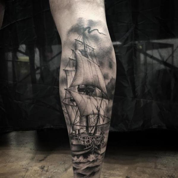 Tatuaje Ternero Galeón por Art Corpus