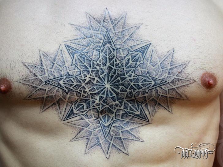 Tatuaje Fantasy Pecho Dotwork por Art Corpus