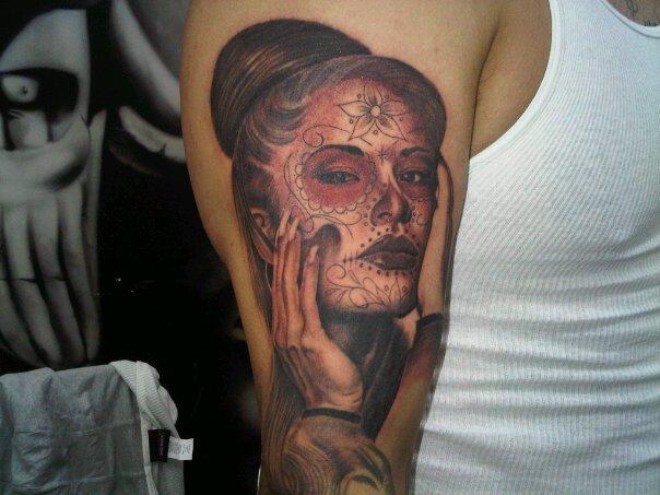 Tatuaje Brazo Cráneo Mexicano por Outsiders Ink