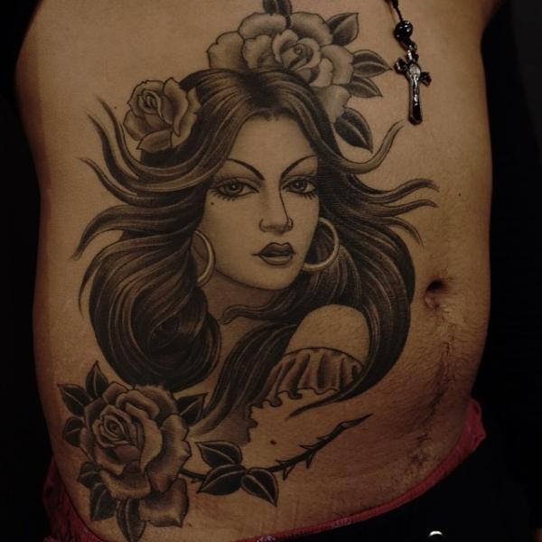 Porträt Blumen Seite Bauch Frau Tattoo von Invisible Nyc