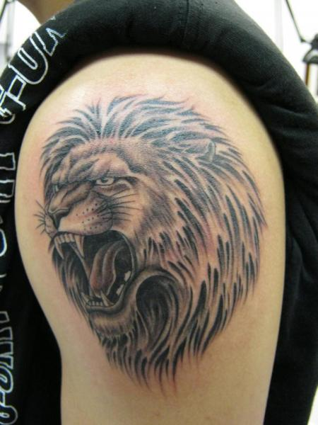 Shoulder Realistic Lion Tattoo by Inxon Tattoo