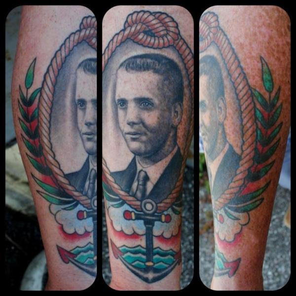 Tatuaje Brazo Retrato Medallón por Little Vinnies Tattos
