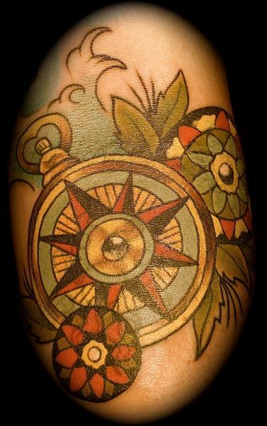 Tatuaggio Old School Bussola di Lone Wolf Tattoo