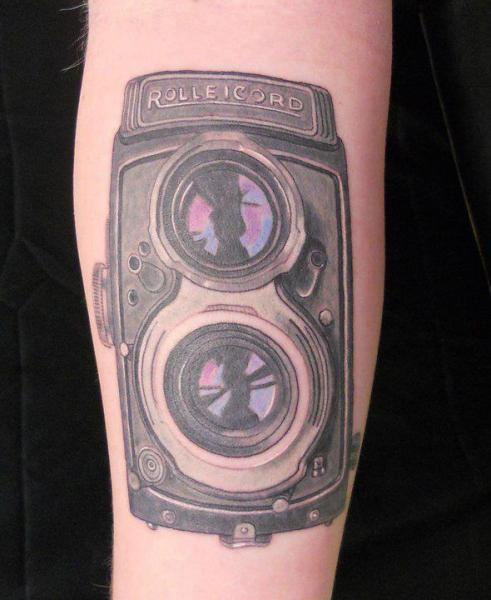Tatuaje Brazo Realista Cámara por Lucky Draw Tattoos