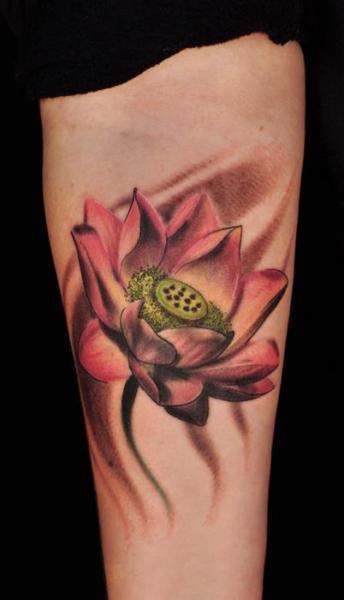 Arm Realistische Blumen Tattoo von Matthew Hamlet Tattoo