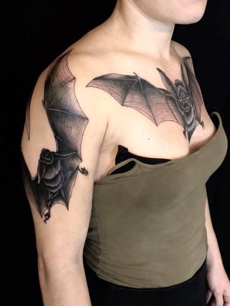 Tatuaggio Spalla Seno Pipistrello di Ethno Tattoo