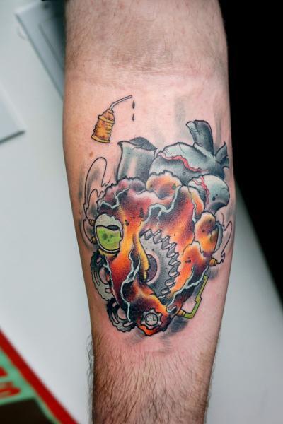 Tatuaje Brazo Engranaje Fantasy Corazon Motor por Pino Bros Ink