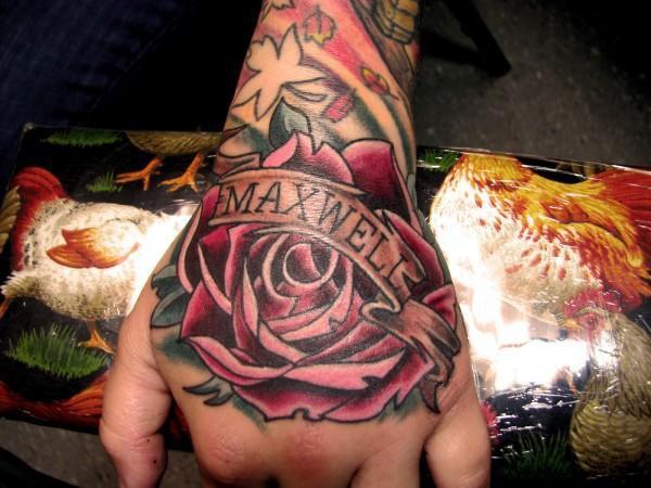 Hand Rose Name Tattoo von Proton Tattoo
