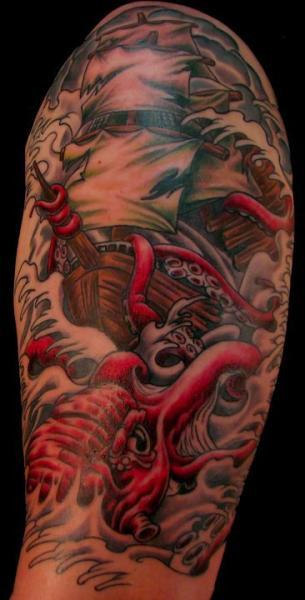 Schulter Arm Schiff Oktopus Tattoo von Proton Tattoo