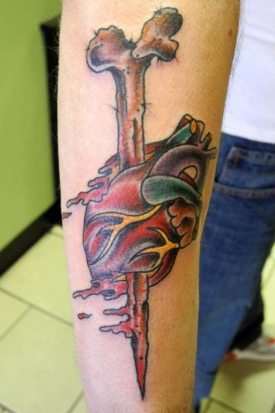 Arm Herz Knochen Tattoo von Revolver Tattoo