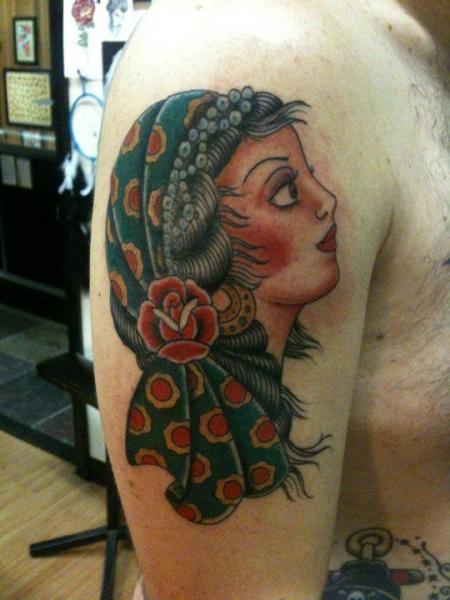 Tatuaje Hombro Old School Gitano por Revolver Tattoo