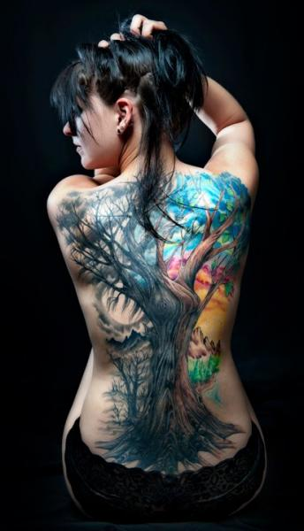 Tatuaje Realista Espalda Árbol por Club Tattoo