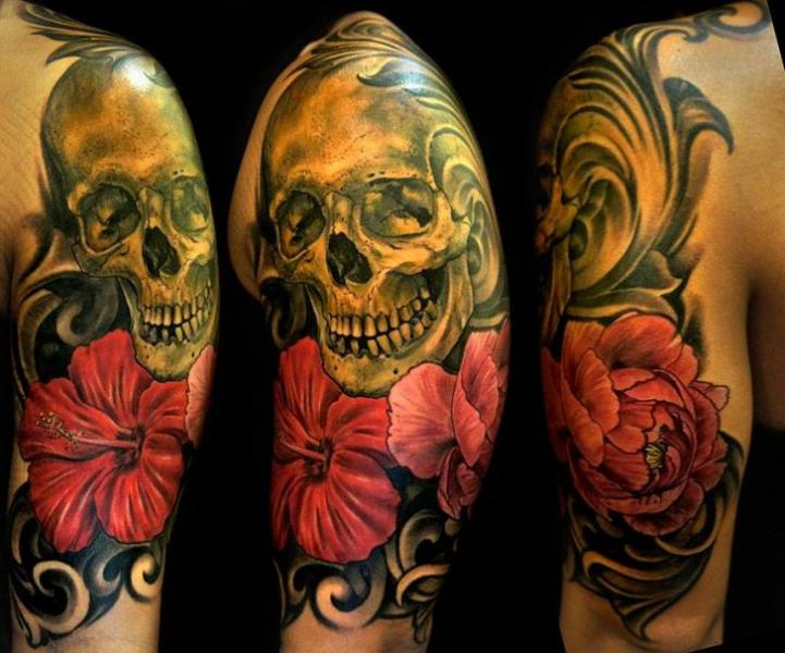 Schulter Blumen Totenkopf Tattoo von Club Tattoo