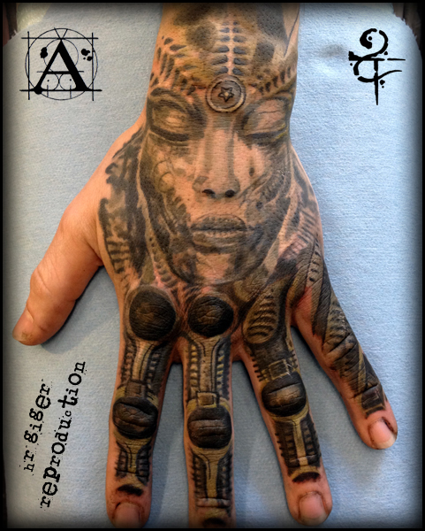 Biomechanisch Finger Hand Giger Tattoo von Scott Falbo