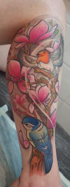 Bein Blumen Vogel Tattoo von Dimitri Tattoo