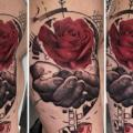 tatouage Épaule Fleur Main Rose par Dimitri Tattoo