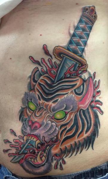 Seite Tiger Dolch Tattoo von The Blue Rose Tattoo
