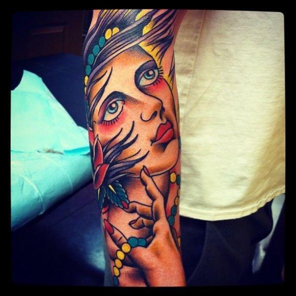 Arm Old School Kopf Tattoo von Urban Art Tattoo