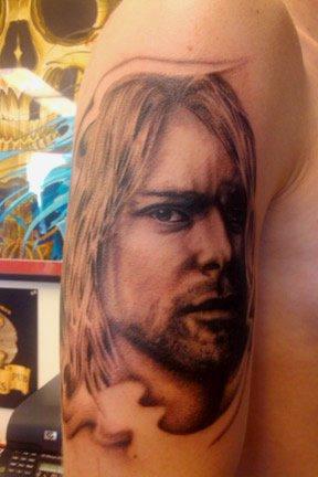 Tatuaje Hombro Realista Kurt Cobain por Urban Art Tattoo