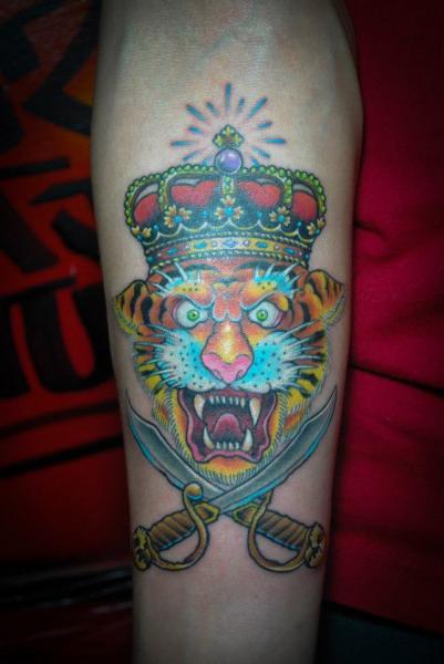 Arm New School Tiger Krone Tattoo von Czi Tattoo Studio