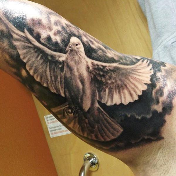 Arm Realistische Schwalben Tattoo von Andys Tattoo