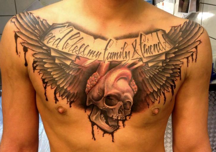 Tatuaggio Petto Teschio Ali di Andys Tattoo