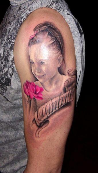 Tatuaje Hombro Realista Niños por Andys Tattoo