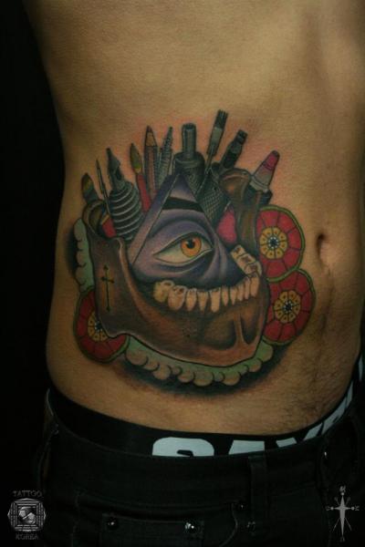 Tatuaje Lado Cráneo Dios por Tattoo Korea