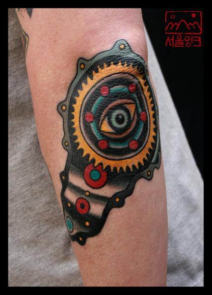 Tatuaje Brazo Engranaje Ojo Motor por Seoul Ink Tattoo