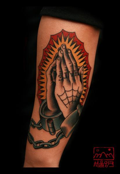 Arm Old School Gebetshände Tattoo von Seoul Ink Tattoo