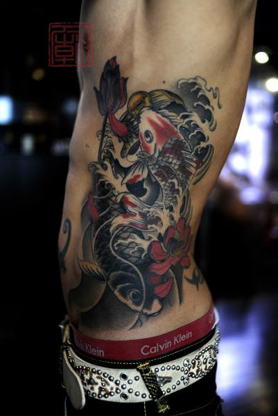 Tatuaggio Fianco Giapponesi Carpa Koi di Tattoo Temple