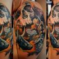 Schulter Totenkopf tattoo von Khan Tattoo