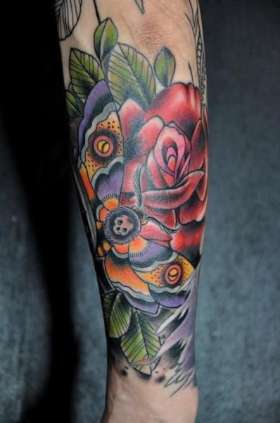 Arm Blumen Motte Tattoo von Detroit Diesel Tattoo