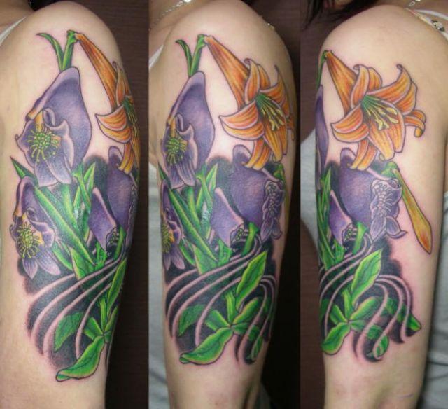Tatuaje Hombro Flor por Koji Tattoo