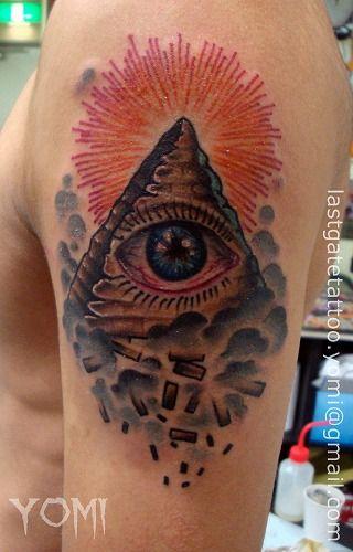 Tatuaje Hombro Dios por Last Gate Tattoo