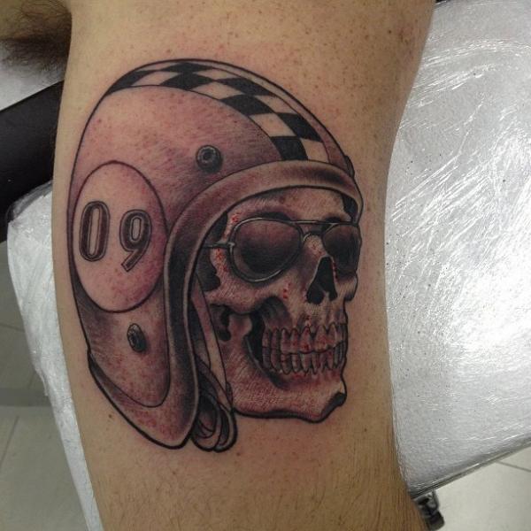 Totenkopf Helm Tattoo von Leds Tattoo