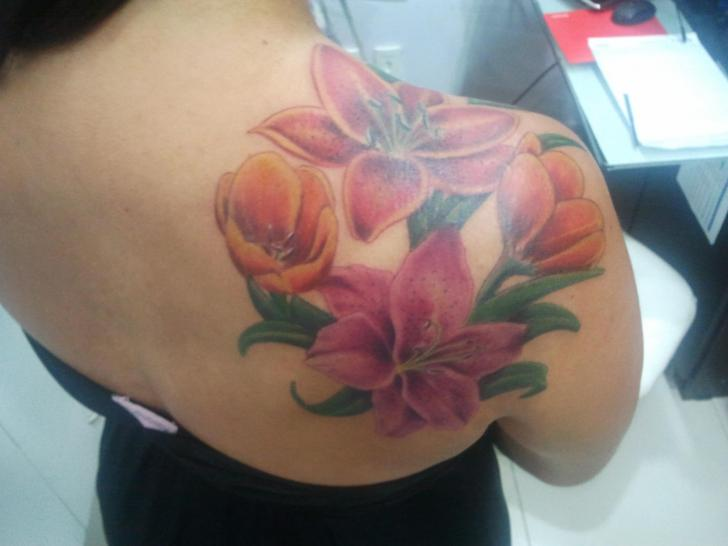 Shoulder Realistic Flower Tattoo by Tattoo Br