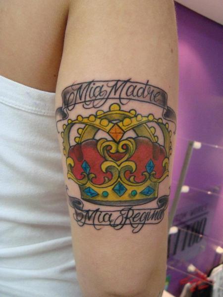 Tatuaje Brazo Corona por Tattoo Loyalty