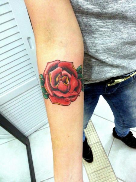 Tatuaje Brazo Flor Rosa por Tattoo Loyalty