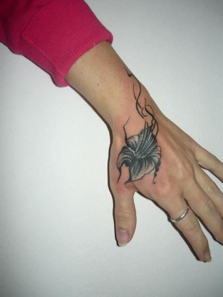 Realistische Blumen Hand Tattoo von Tattoo Resolution